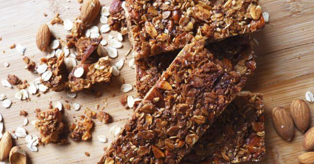 Следует также отметить, что домашний батончик мюсли получится более сытным и вкусным, если к нему дополнительно добавить такие ингредиенты, как сухофрукты и орехи