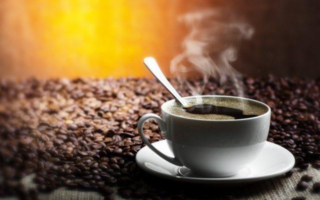 Кофеин связывается с определенными рецепторами вместо аденозина и обманывает серое вещество, заставляя его и далее работать в возбужденном состоянии