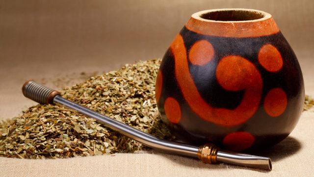 Матэ изготавливают из падуба парагвайского (молодых побегов и листьев), и главное, сырьё не подвергается никакой обработке