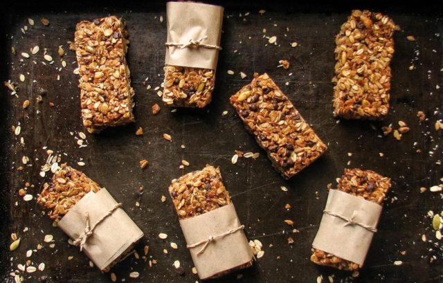 При всей кажущейся сложности рецепта такие батончики можно легко и просто приготовить и у себя на кухне